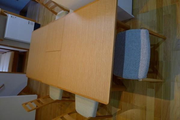 カリモクダイニングテーブルDT7473MSを伸ばした写真