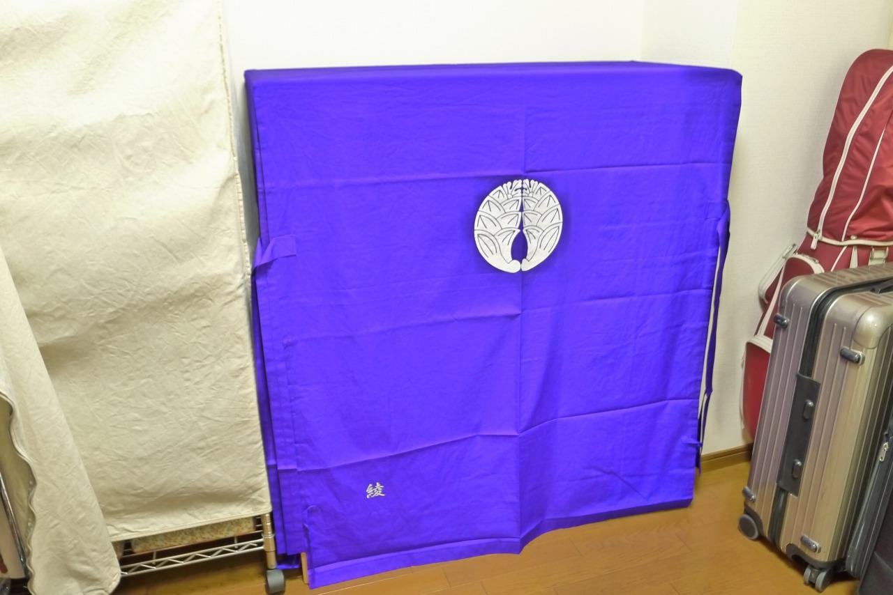大阪泉州桐箪笥の天地丸小袖タンス用の紫の抱茗荷紋入り油単写真