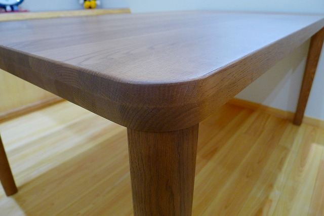 カリモクのダイニングテーブルのDU5320H000の天板の斜め形状写真