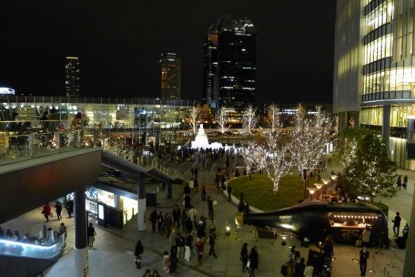 グランフロント大阪連絡通路から見えるライトアップ