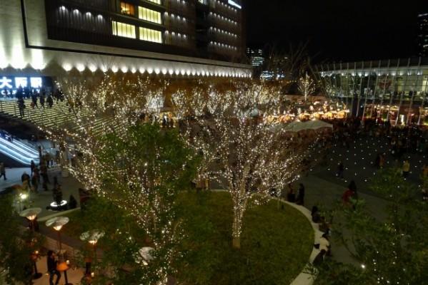 グランフロント大阪連絡通路から見えるライトアップ 2