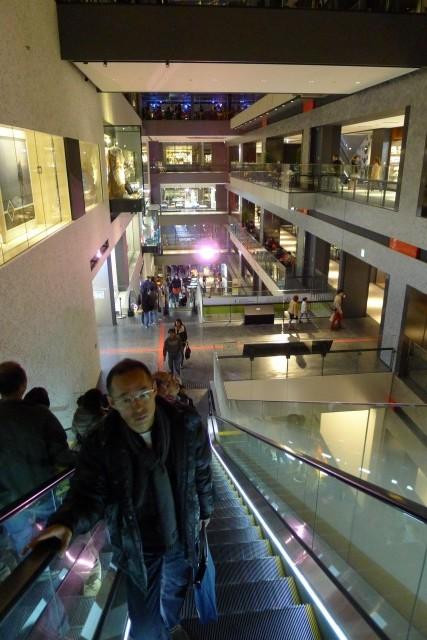 グランフロント大阪北館内部のエスカレーター