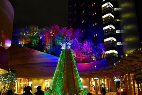 難波パークスのイルミネーショのクリスマスツリー