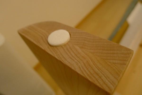 カリモクDU5115P000ダイニングテーブルの脚にフェルトを貼らさせていただいております。