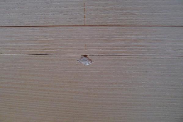 大きな傷がいった桐たんすの引き出し