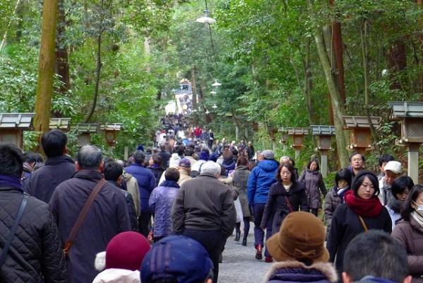 奈良 桜井市の大神神社(おおみわ神社)の玉砂利参道