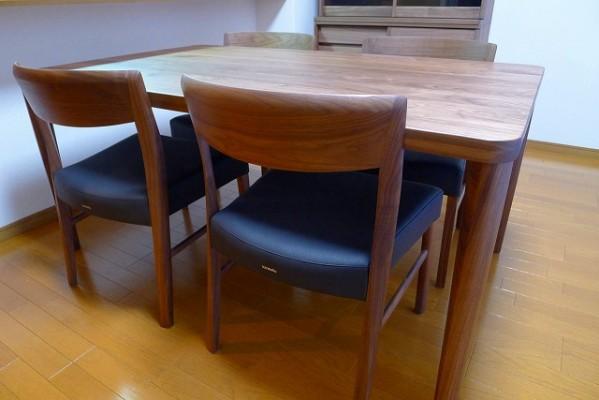 カリモク家具のプレミアム ウォールナットナチュラルのDU5315R000ダイニングテーブルとCT5365R543チェアー