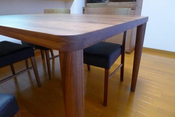 カリモク家具のプレミアム ウォールナットナチュラルのDU5315R000ダイニングテーブルのコーナー