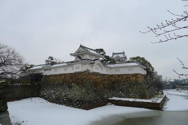 雪の岸和田城とお濠