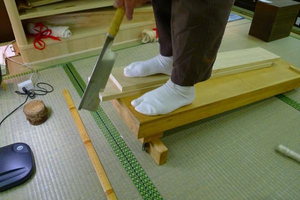 大阪泉州桐箪笥の実演をおこなっている、藤原伝統工芸士 2
