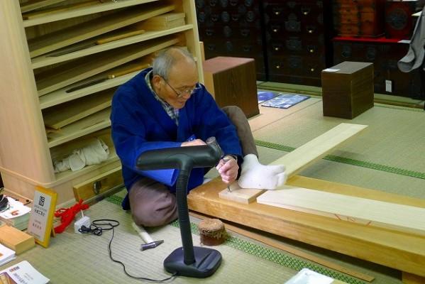 大阪泉州桐箪笥の実演をおこなっている、藤原伝統工芸士