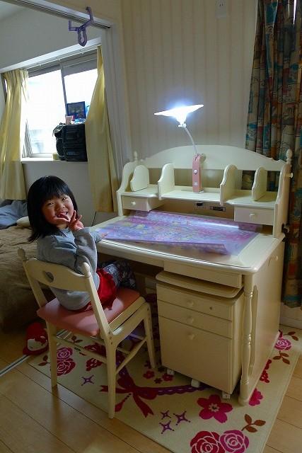 可愛い娘さんとカリモク家具学習机 SC3680NI上置きのAC0630NI稼働式ワゴンSC0636NIとお椅子XC2111PIとライトKS0156TP 2
