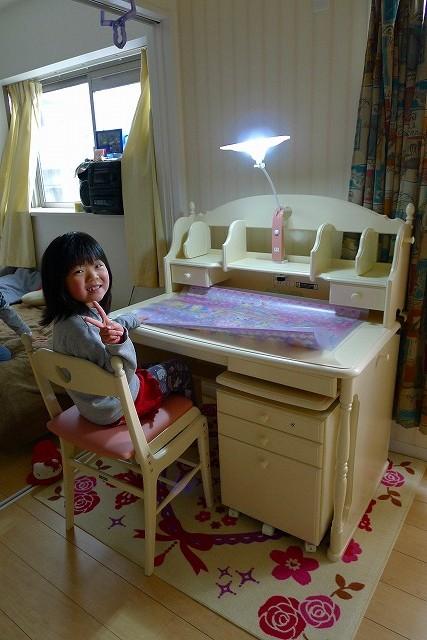 可愛い娘さんとカリモク家具学習机 SC3680NI上置きのAC0630NI稼働式ワゴンSC0636NIとお椅子XC2111PIとライトKS0156TP