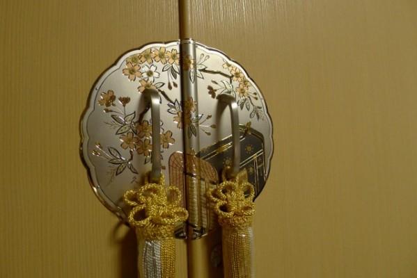 大阪泉州桐箪笥 胴丸御所車衣装箪笥の開き戸の手作りの御所車前飾り