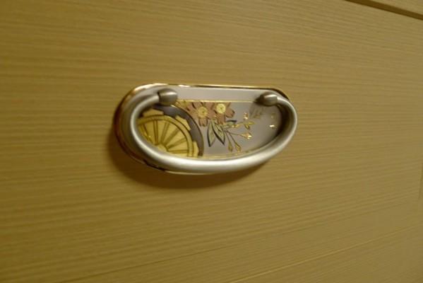 大阪泉州桐箪笥 胴丸御所車衣装箪笥の開き戸の手作りの御所車の引き手
