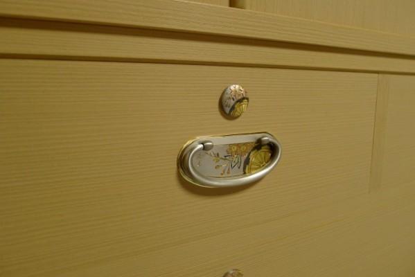 大阪泉州桐箪笥 胴丸御所車衣装箪笥の開き戸の手作りの御所車の引き手と鍵座