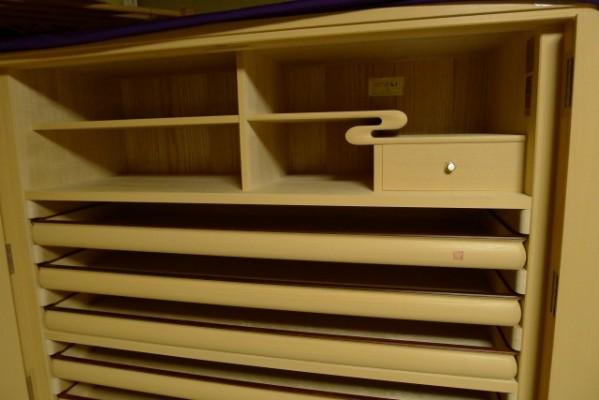 大阪泉州桐箪笥 胴丸御所車衣装箪笥の開き戸の水棚