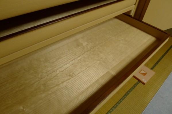 大阪泉州桐箪笥 胴丸御所車衣装箪笥のお盆の良質な桐材