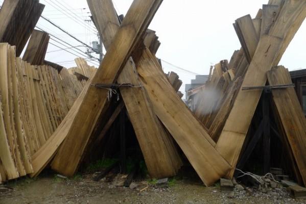 大阪泉州桐箪笥の田中家具の工房の桐材が雨に濡れています。