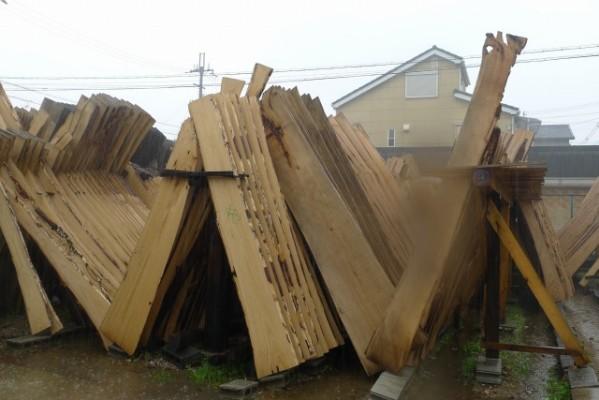 大阪泉州桐箪笥の田中家具の工房の桐材が雨に濡れる
