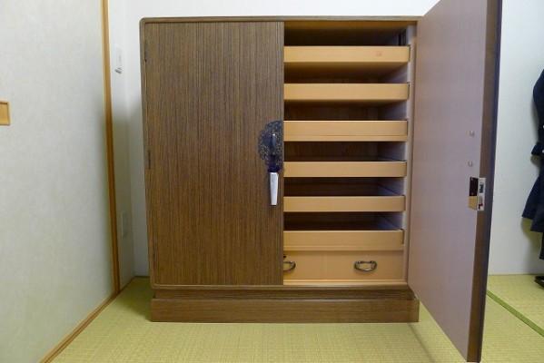 大阪泉州桐たんす焼桐柾目小袖衣装たんすを明けた写真