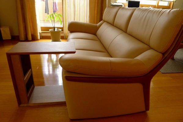 カリモク家具のZT6003H254ソファーとTU1752H000のテーブルのサイド写真