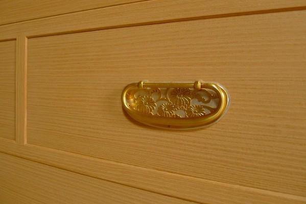大阪泉州桐箪笥の菊唐草衣装箪笥の引出し金具