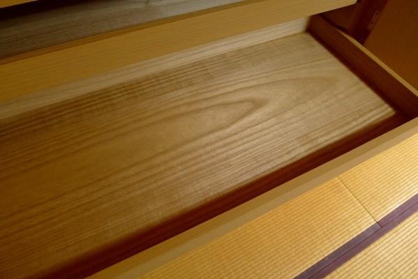 大阪泉州桐箪笥の菊唐草衣装箪笥の開き戸の内部のお盆の良質な桐材