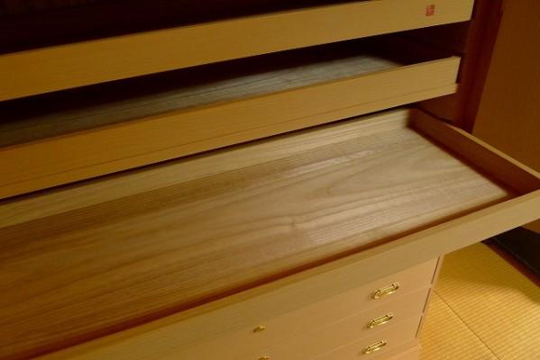 大阪泉州桐箪笥の菊唐草衣装箪笥の開き戸の内部のお盆の桐材