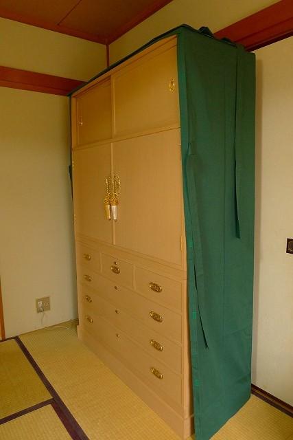 大阪泉州桐箪笥の菊唐草衣装箪笥の油単をかけた斜め写真