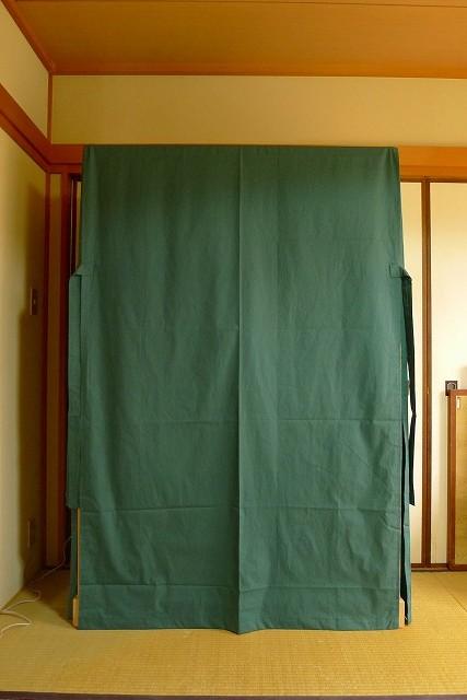大阪泉州桐箪笥の菊唐草衣装箪笥の油単をかけた正面写真