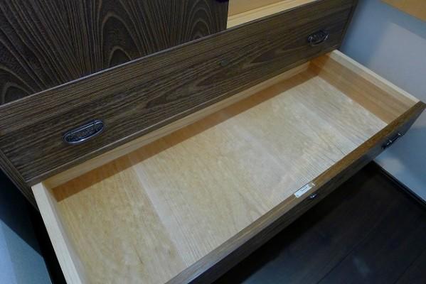 大阪泉州桐箪笥の小振りの別誂えの焼桐衣装箪笥の引出し内部の美しい桐材