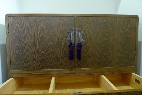 大阪泉州桐箪笥の小振りの別誂えの焼桐衣装箪笥の開き戸のよく揃った木目