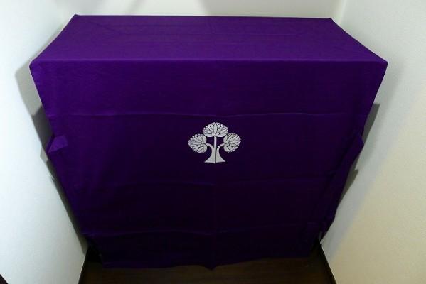 大阪泉州桐箪笥の小振りの別誂えの焼桐衣装箪笥と紫の油単