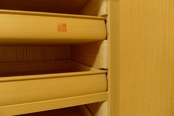 大阪泉州桐箪笥天地丸衣装箪笥の上質な作り出し盆と中棚