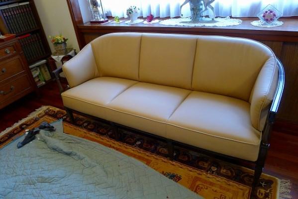 カリモク家具 最上級ブランド ドマニのQUEENS LIFE(クィーンズ ライフ)WPQ613X331木部は、ヒッコリーブラウン色でロイヤルベージュの革