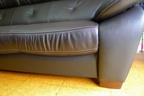 カリモク家具の人気のZT7303K353のソファーの縫製