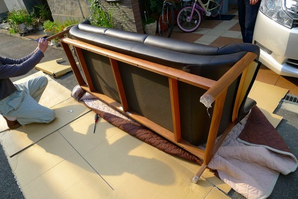 カリモク家具のZU6253R353のソファーの裏