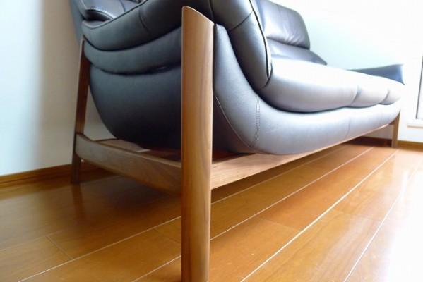 カリモク家具のZU6253R353のソファーの木部