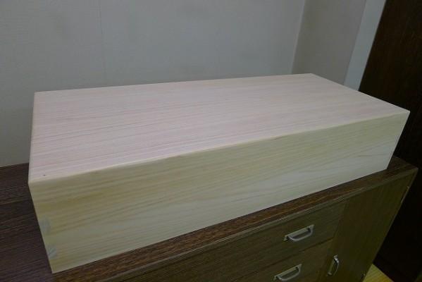 本物の桐衣装箱に内部仕切り板を付けてお作りさせていただきました。