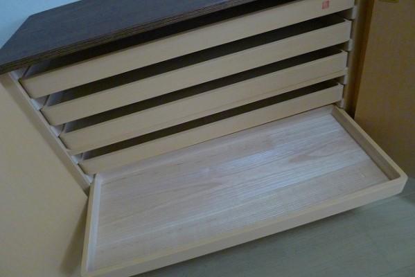 大阪泉州桐箪笥 天丸盆六入り衣装箪笥のお盆の桐の底板