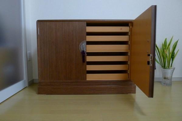 大阪泉州桐箪笥 天丸盆六入り衣装箪笥の内部