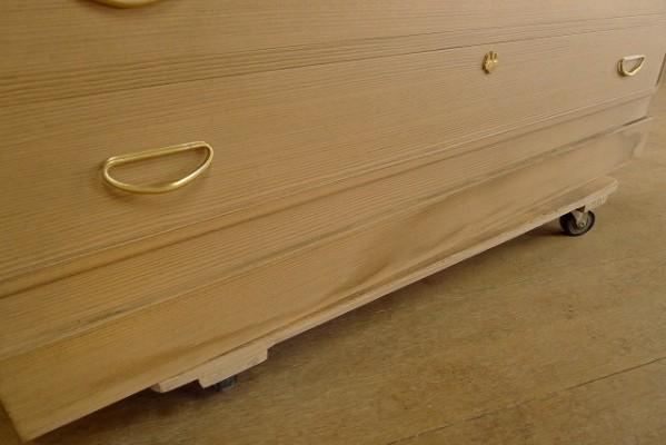 松山の桐箪笥 下台のシミ
