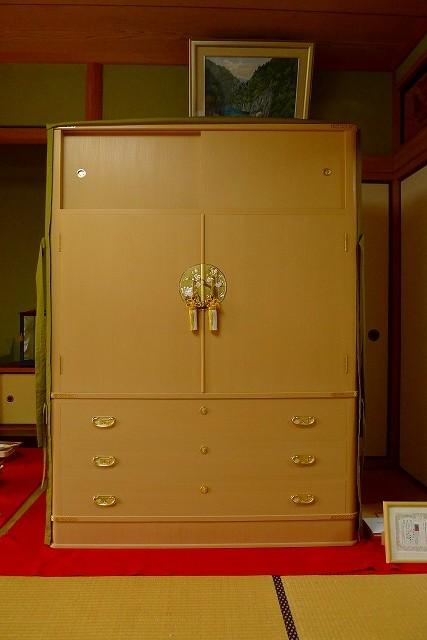 和歌山市のO様に大阪泉州桐箪笥 胴丸和紙金具衣装箪笥をお届けしました。