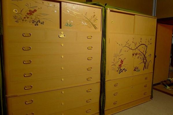 堺市のY様に大阪泉州桐箪笥蒔絵入り二本揃えの夫婦箪笥を納品させていただきました。