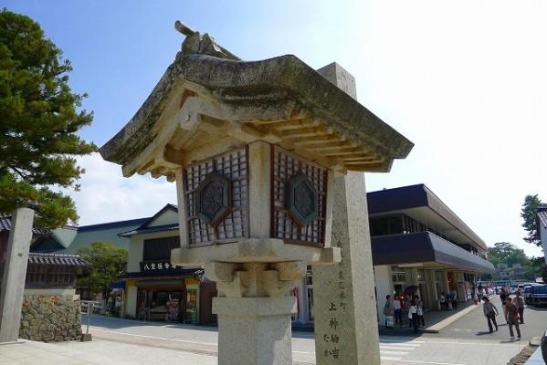 出雲大社様の神楽殿前の石灯篭