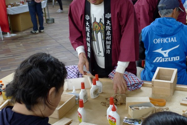 大阪泉州桐箪笥の箱作体験コーナー4