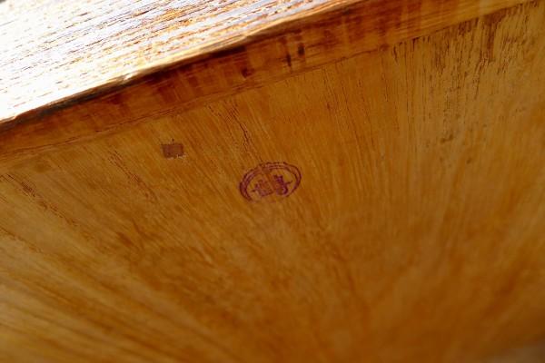 桐箪笥の洗い前の小袖の箪笥の判子 鶴