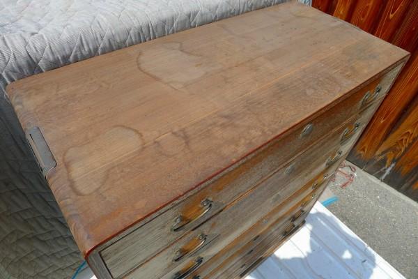 桐箪笥の洗い前の小袖写真の天板