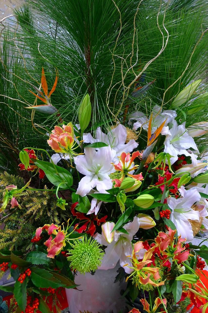 お正月らしい素敵な生け花をご紹介させていただきます。